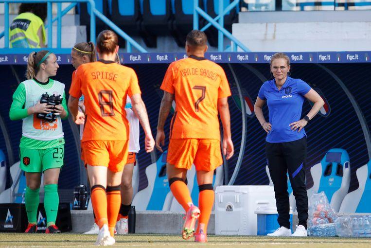 Bondscoach Sarina Wiegman (rechts) tijdens het oefenduel van vorige week tegen Italië. Beeld EPA