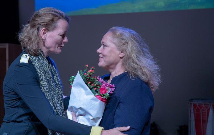 Stadsdichter Larissa Verhoeff (rechts)