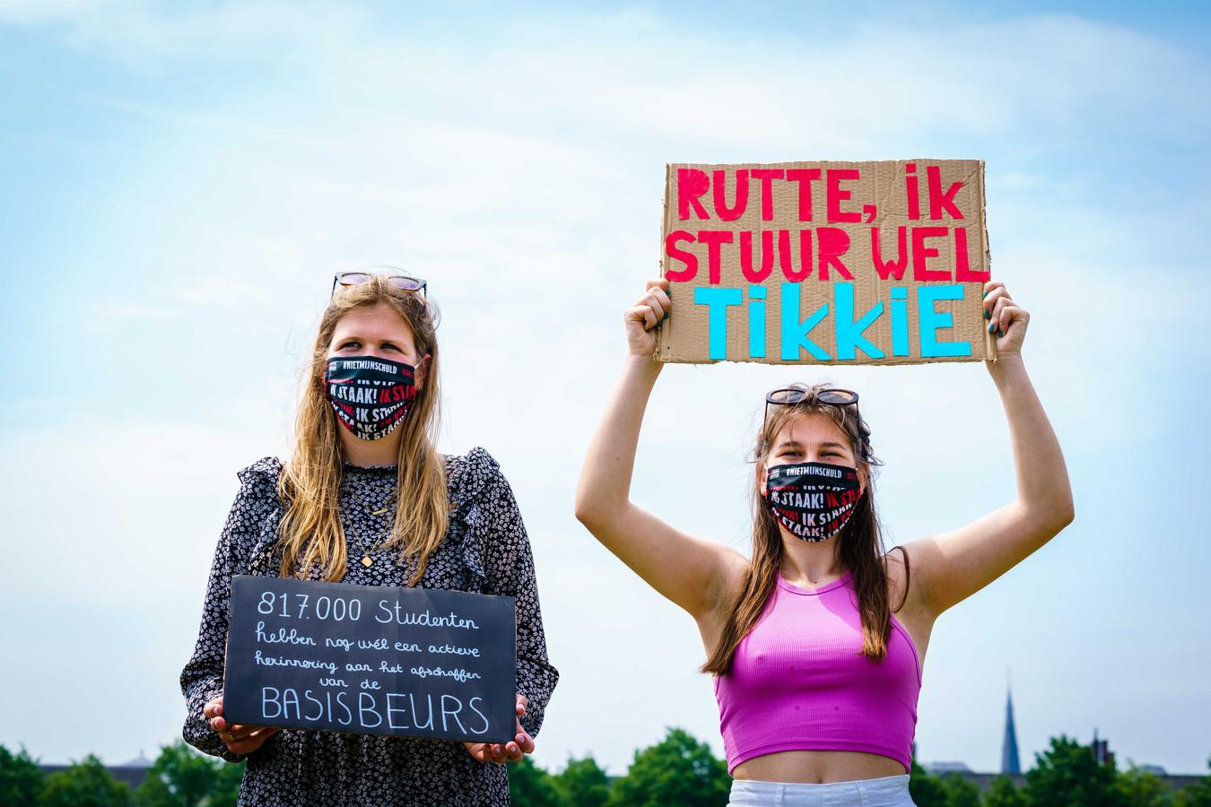 Studenten protesteerden eerder dit jaar nog op het Malieveld tegen het leenstelsel. Ze willen een schuldenvrije basisbeurs en compensatie voor al die jaren dat studenten hebben moeten lenen.
