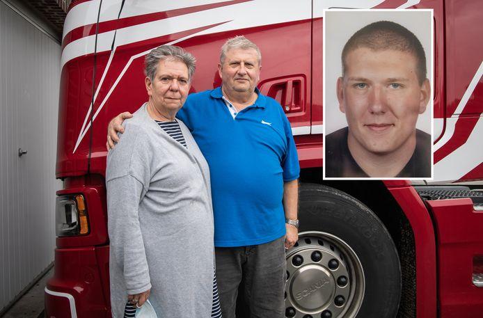 Simon en Pascale, de ouders van Jose Meire, bij de vrachtwagen van hun zoon. Die staat nog altijd op hun oprit geparkeerd.