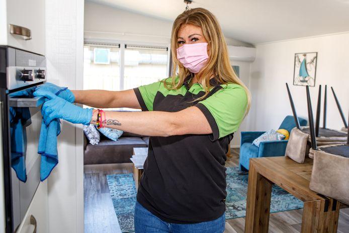 Sharella Konings bezig met de schoonmaak van een vakantiehuisje op vakantiepark De Zeeuwse Parel.
