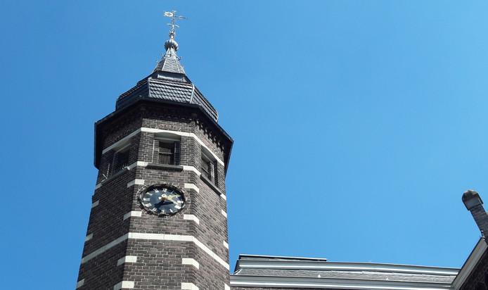 De klok aan de voorkant van het Oisterwijkse raadhuis loop niet op tijd.