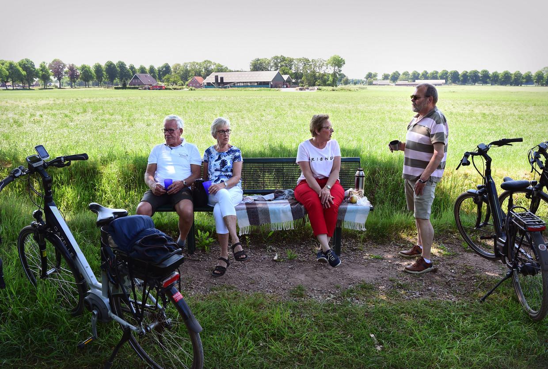 Op een mooie voorjaarsdag in Winterswijk houden vier gepensioneerden een pauze tijdens hun fietstocht.   Beeld Marcel van den Bergh