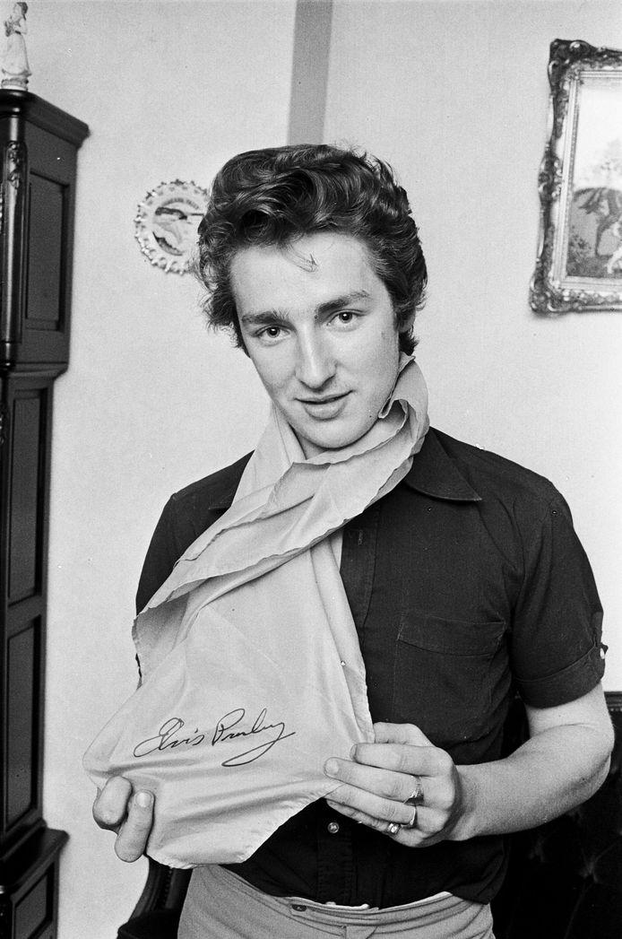 Cor Vermeulen in 1977 met het sjaaltje dat hij van Elvis kreeg bij diens allerlaatste optreden.