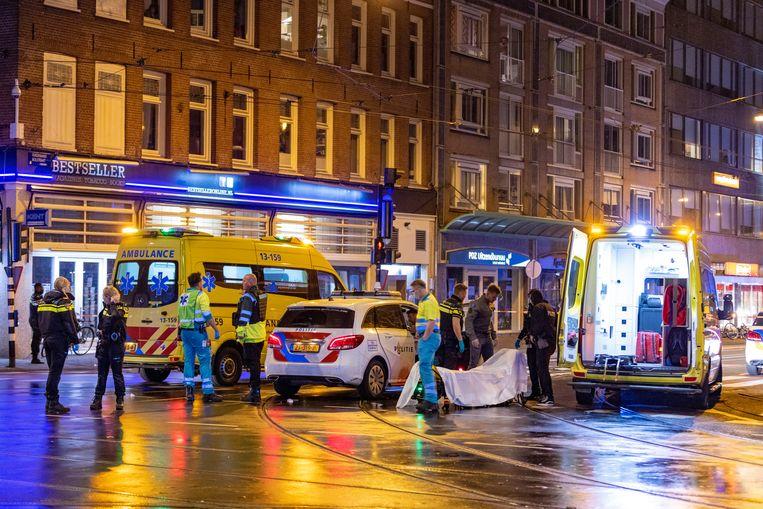 Hulpdiensten op de kruising Ceintuurbaan - Ferdinand Bolstraat. Beeld Michel van Bergen