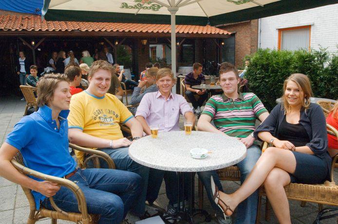 Café Stoppels is al meer dan twintig jaar een toevluchtsoord voor scholieren en studenten. Deze foto is genomen na de eindexamens in 2008.