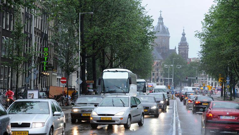 Verkeer op de Prins Hendrikkade. Beeld anp