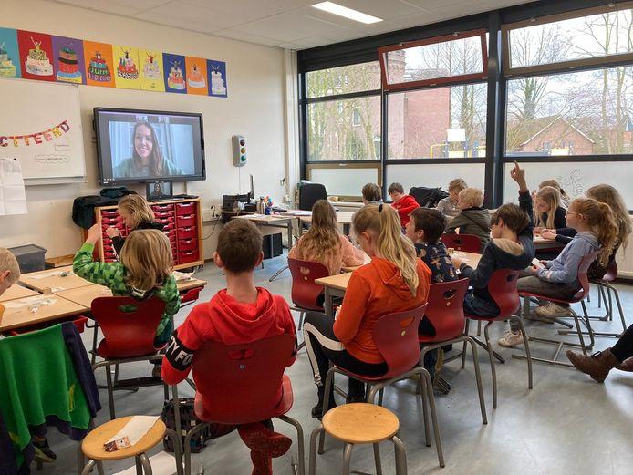 De Da Vinci-leerlingen tijdens hun beeldbel-sessie met Kamerlid Bente Becker (VVD).