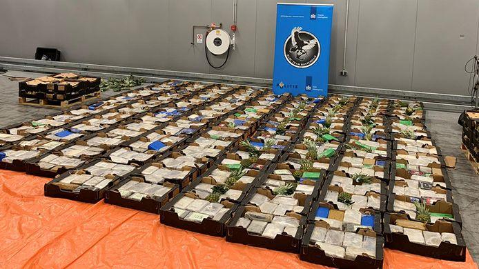 De Douane trof 1408 kilo cocaïne aan tussen de ananassen.
