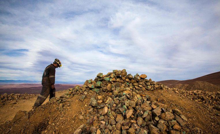 Een mijnwerker verlaat de Kiara-kopermijn nabij Antofagasta in Chile. Beeld AFP