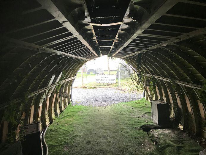 De tunnel waardoor je op het 'vliegtuigkerkhof' komt, is in werkelijkheid de romp van een oud Frans verkeersvliegtuig
