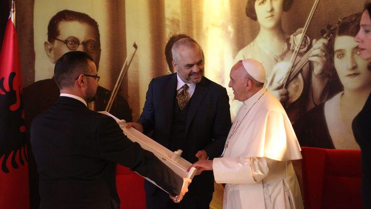 Paus Franciscus ontvangt een cadeau van premier van Albanië Edi Rama. Beeld epa