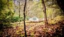 Drie witte huisjes, verscholen in een bos bij Beekbergen. Wat doen die daar? Bijna niemand in het dorp die het nog weet.