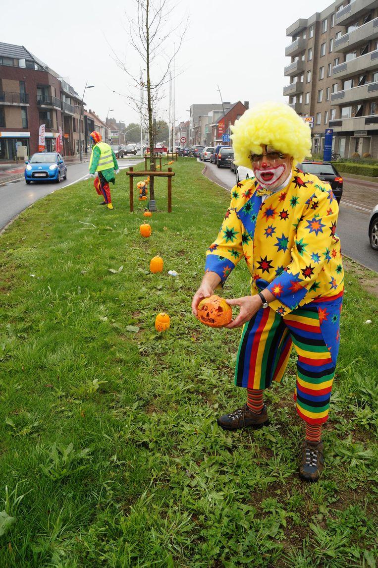 De clowns van Kloen legden de gekregen pompoenen op een rij in de Noord- en Westlaan.