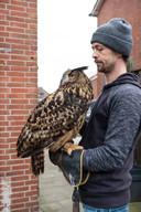 Oehoe Suus met William Grollé die heeft meegeholpen om het dier te vangen.