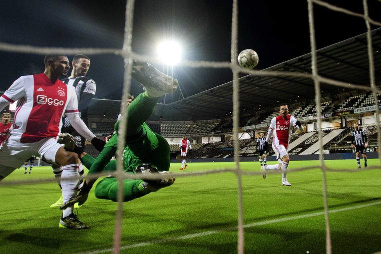 Sébastien Haller verslaat Heracles-doelman Janis Blaswich en scoort de 0-2 in Almelo.  Beeld ANP