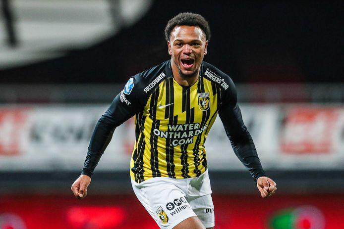 Loïs Openda viert de winnende treffer voor Vitesse in de kwartfinale van de beker tegen Excelsior.