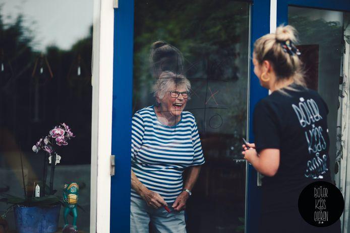Om de strijd met eenzaamheid aan te gaan roept stichting 10,000 Hours jongeren op raamspelletjes te spelen met ouderen.