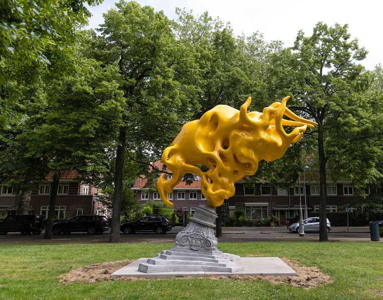 Het knalgele beeld van de Belgische kunstenaar Nick Ervinck is een van de favorieten van gastcurtator Keuning. Beeld JW Kaldenbach voor ARTZUID2021