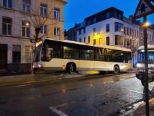 Bus rijdt zich vast op betonblok en veroorzaakt verkeersopstopping