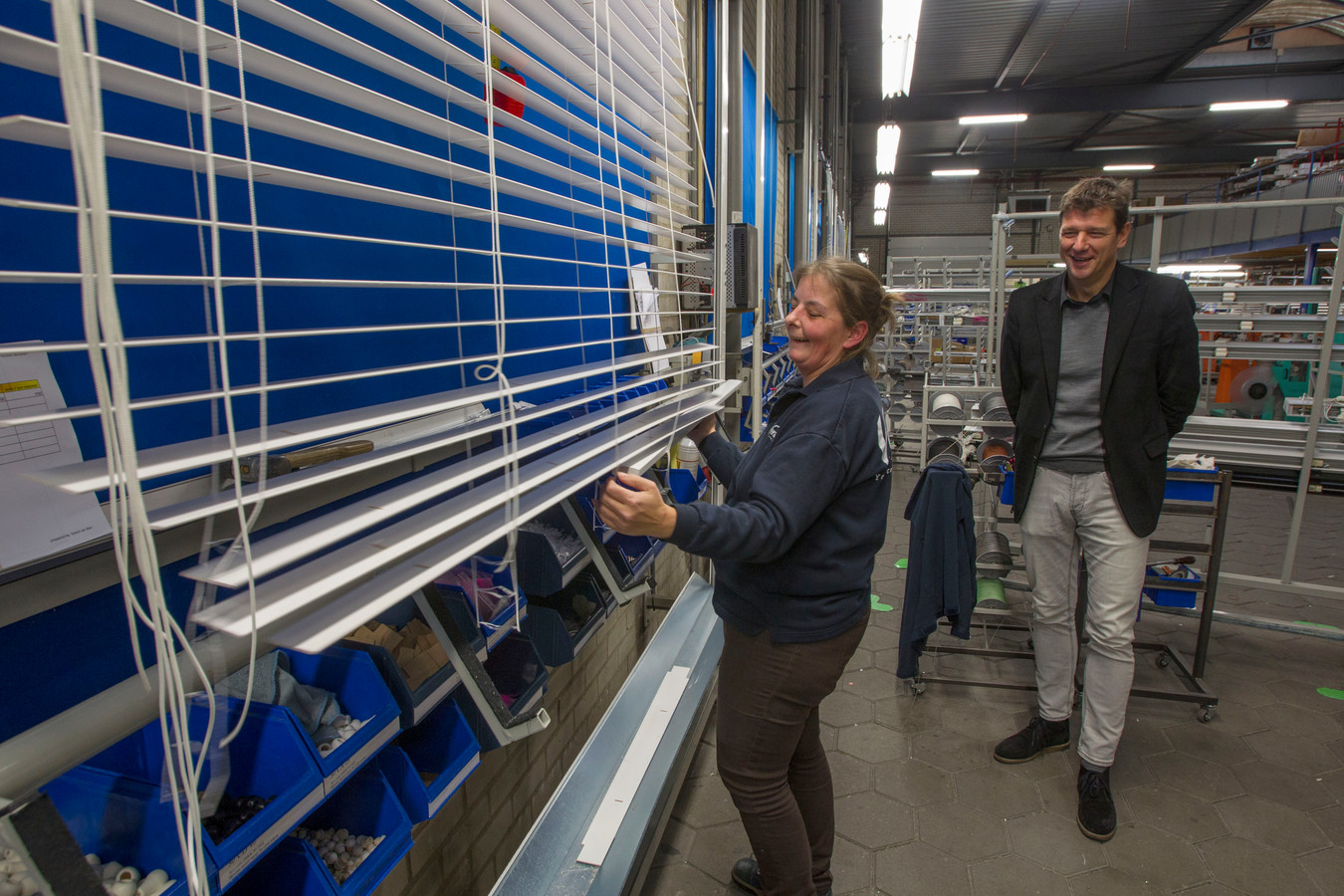 Directeur Frank Pulles in de fabriek van Verano bij een houten jaloezie die met de hand wordt gemonteerd, in 2015.