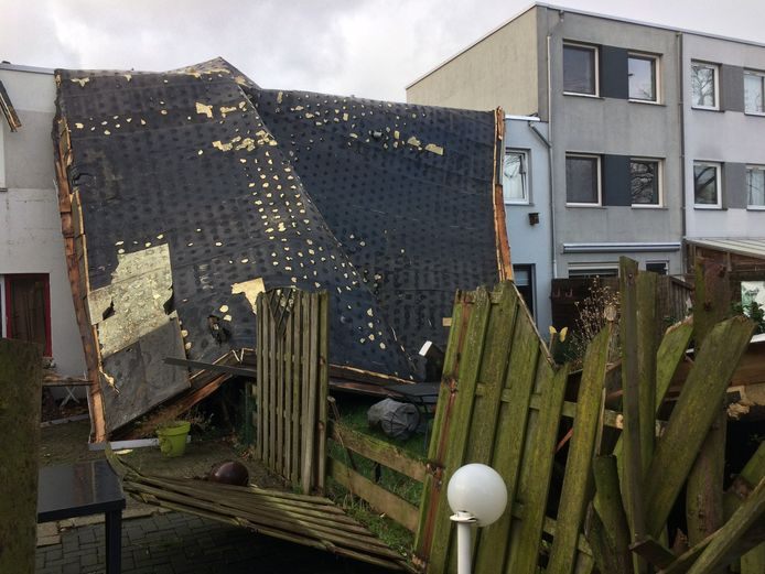 Dit dak in Uden waaide bijna in zijn geheel weg.