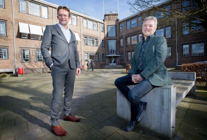 De nieuwe rector van het Odulphuslyceum in Tilburg Jeroen Zeeuwen (l) met de oude rector Frans Claassens (r)