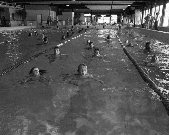 Een archieffoto uit 1998 van de zwemvierdaagse De Smelen in Geldrop