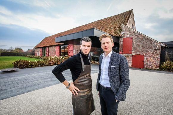 """Gert De Mangeleer en Joachim Boudens voor hun pand in Zedelgem: """"Als we meer dan dertig mensen mogen plaatsen, gaan we hier een zomerrestaurant openen. Zo houden we de medewerkers aan het werk."""""""