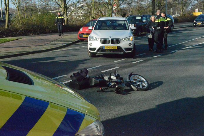 Op de Plesmanweg is een bromfietser aangereden door een auto met CD-kenteken.