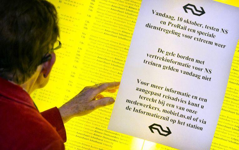 Mededeling over de test met de winterdienstregeleing van de NS op Amsterdam Centraal Station. © anp Beeld