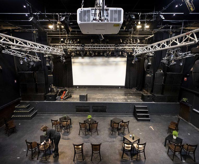 Tafels en stoelen worden neergezet in poppodium De Helling, in aanloop naar het eerste concert sinds het begin van de lockdown. Poppodia verspreid over het hele land organiseren voorstellingen voor honderden bezoekers, die allemaal vooraf een negatieve coronatest moeten kunnen laten zien. Beeld ANP