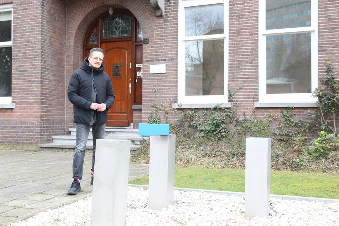 Albert van Abbe, kleinzoon van de gelijknamige schenker, voor het Albert van Abbehuis aan de Bilderdijklaan in Eindhoven.