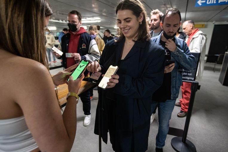 Bezoekers van club Shelter laten hun coronatestbewijs zien tijdens een Fieldlab-evenement. Beeld ANP