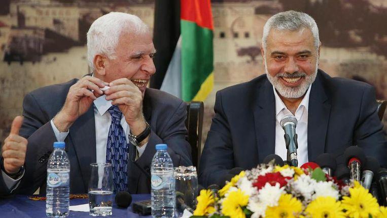 Azzam Al-Ahmed van Fatah en Ismail Haniyeh van Hamas. Beeld REUTERS