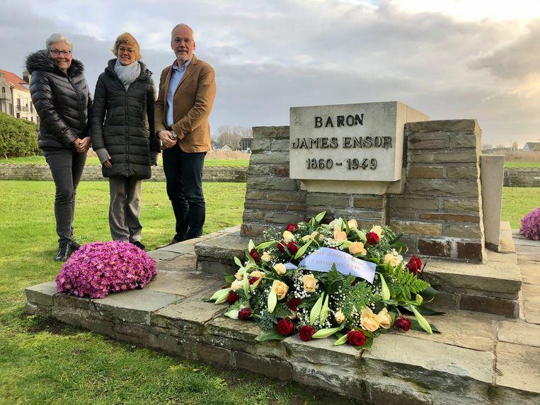 Martine Meire en Virginie Michils van de dienst Cultuur en schepen Bart Plasschaert bij het graf van James Ensor