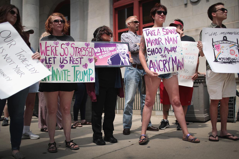 Betogers demonstreren bij het gemeentehuis van Dayton tegen de komst van Donald Trump. Beeld Getty Images