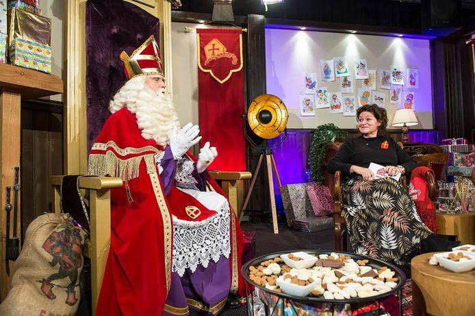 Opnames liveshow met sinterklaas en dj Piet bij de rode loper.