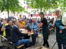 Abdijbierfestival in Middelburg: een kruiwagen bier voor 'gevluchte' Domburgers