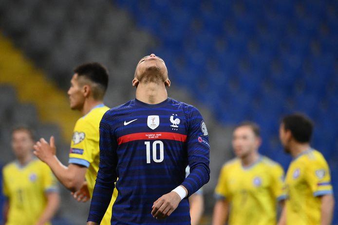 Mbappé baalt na zijn gemiste strafschop.