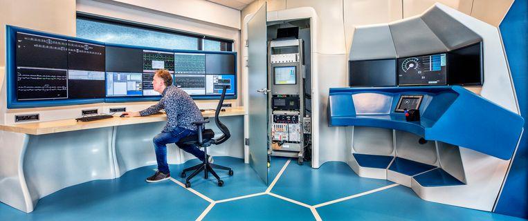 De nieuwe testopstelling van ProRails spoorbeveiligingsysteem ERTMS. Links zit  de verkeersleiding, rechts een simulator met treincabine. Achter de deur in het midden zit  de boordcomputer van een trein.  Beeld Raymond Rutting
