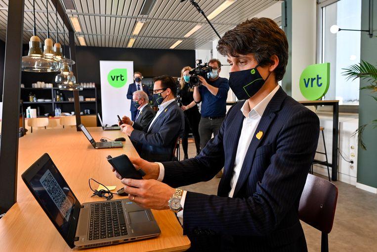V.l.n.r.: VRT-bestuursvoorzitter Luc Van den Brande, VRT-CEO Frederik Delaplace en de Vlaamse mediaminister Benjamin Dalle (CD&V) tekenen de beheersovereenkomst. Beeld BELGA