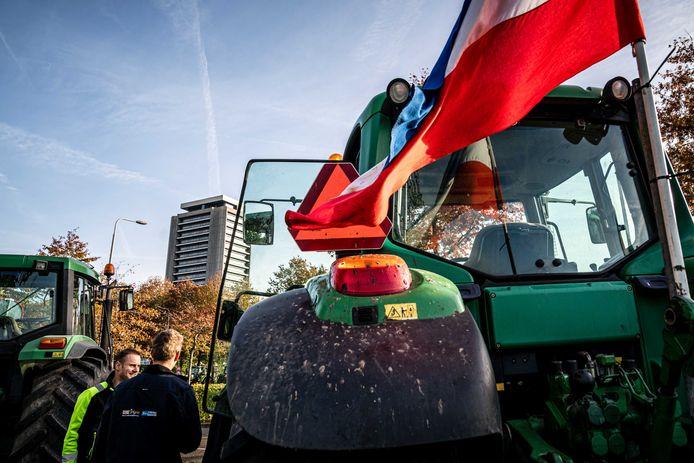 Boeren protesteren in Den Bosch bij het provinciehuis tegen de strenge stikstofregels.