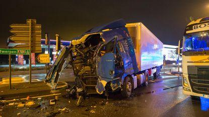 Twee vrachtwagens botsen op A12