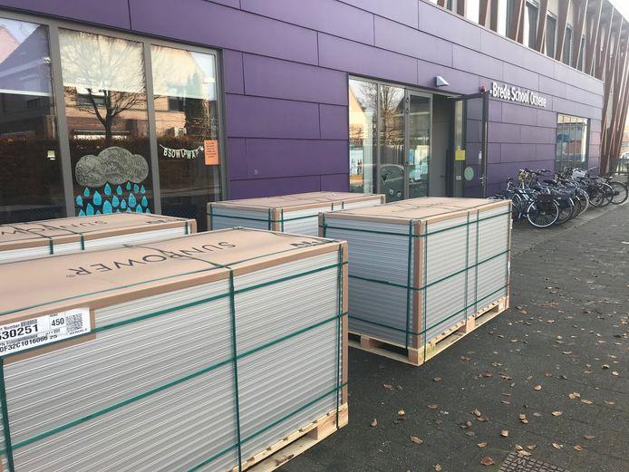 Woensdagmiddag werden de panelen klaargezet voor de Brede School Othene om op het dak geplaatst te worden.