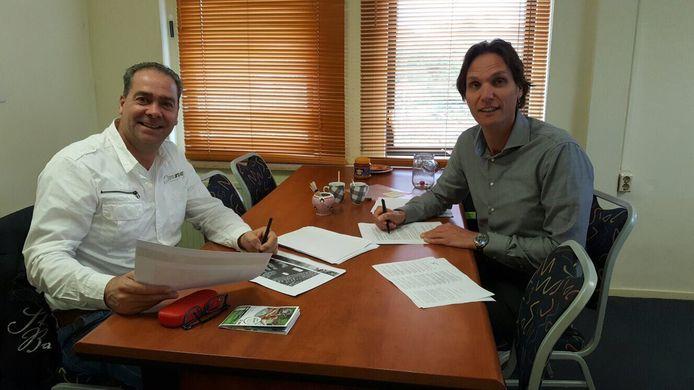 Erik Hazelzet (l) en Port Zélande general manager Patrick Bosman ondertekenen het contract.