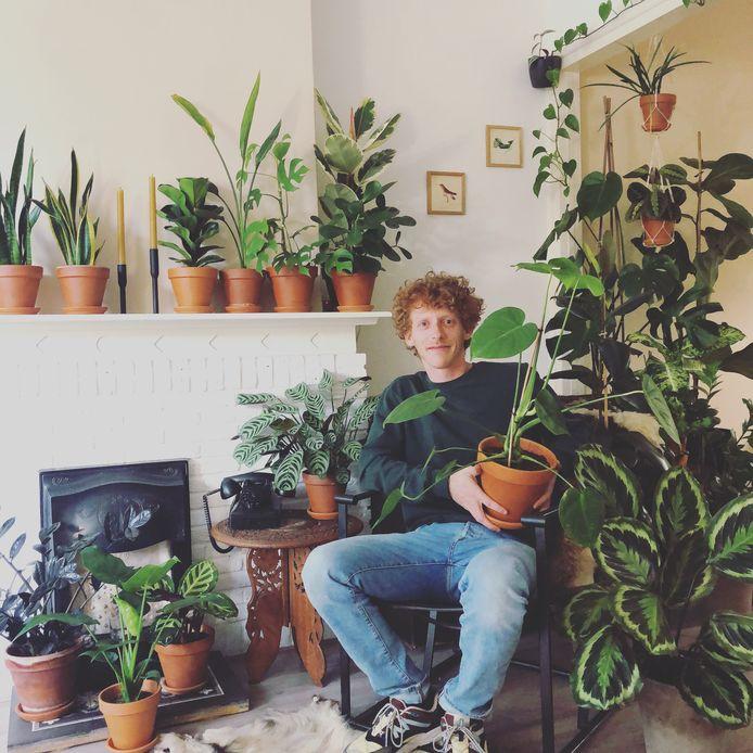 Rutger van Outheusden tussen zijn planten.