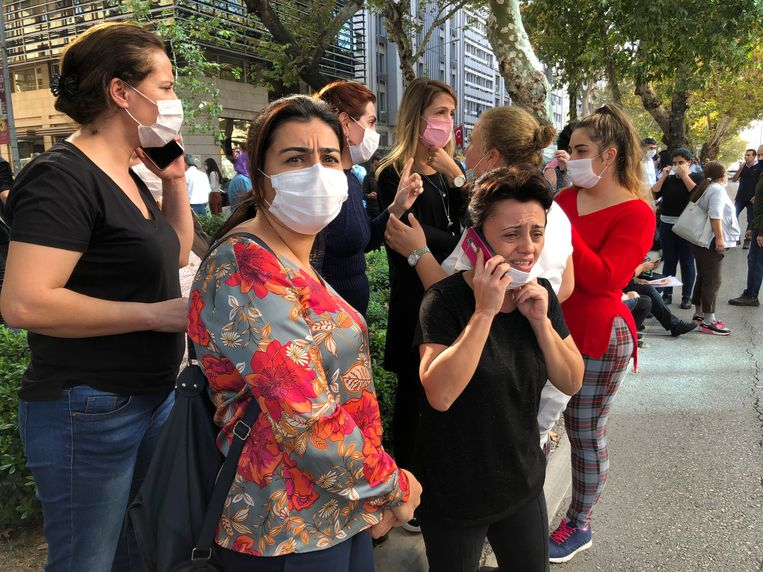 Mensen staan buiten op straat in Izmir, Turkije, na de aardbeving.  Beeld AP