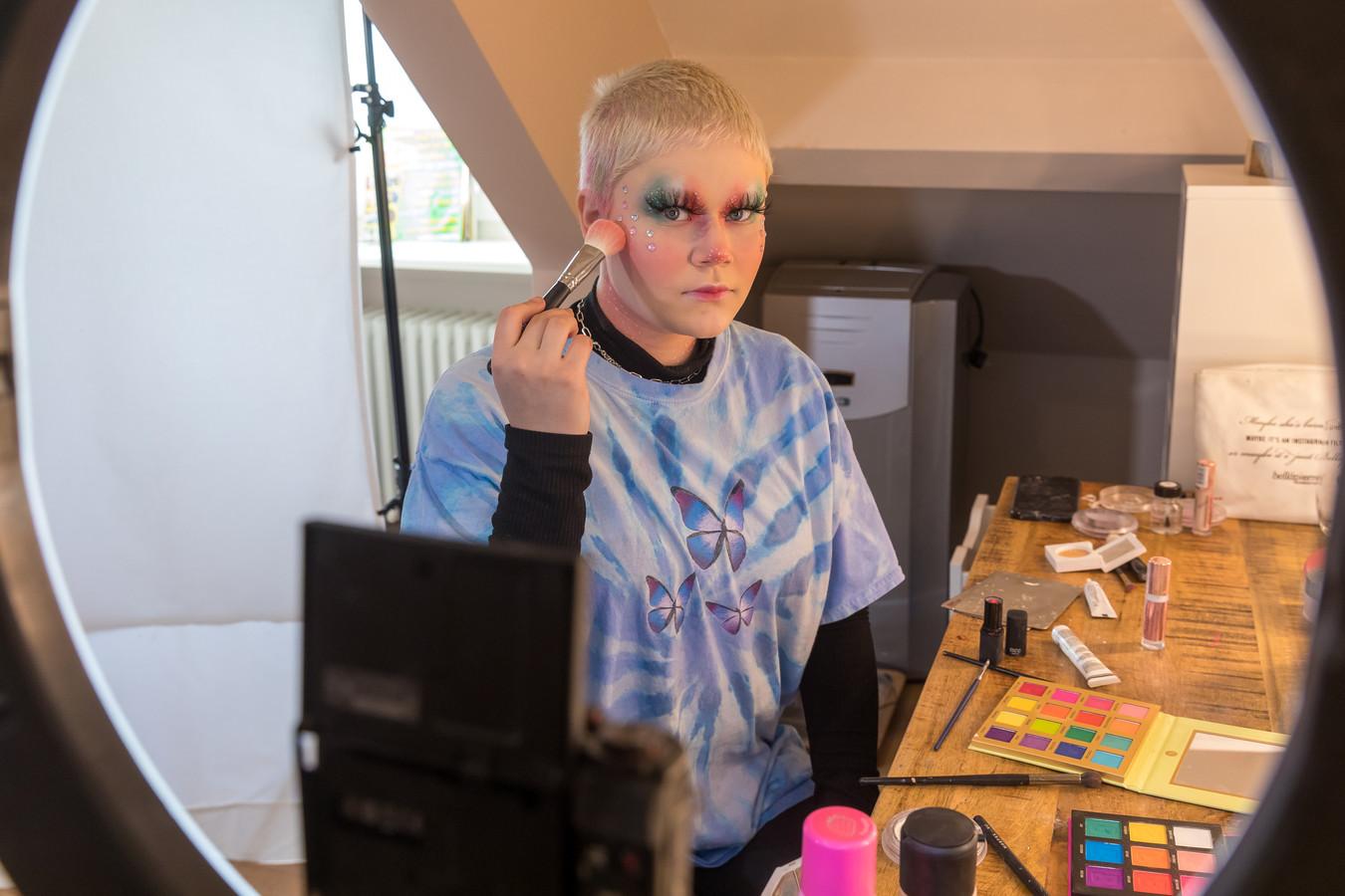Amber Gatzen (15) uit Oirschot gooit hoge ogen in de 'Make Up Cup' van Nikkie Tutorials.)