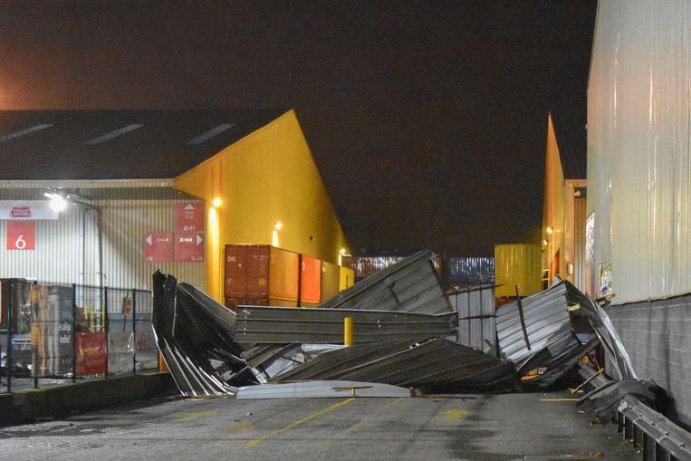 Bij Katoen Natie ging het dak van één van de gebouwen van Katoen Natie in de Antwerpse haven weggeblazen.  Beeld Marc De Roeck